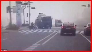 ミキサー車が横転して車がペシャンコになる恐ろしい瞬間