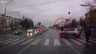 横断歩道で突っ込んできた車にぶっ飛ばされる歩行者