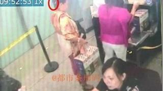 【中国】ナイフをとんでもない場所に隠し持って飛行機に乗ろうとする女性