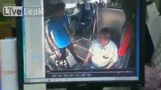 バスの運転手に殴りかかるが逆にボコられるwww