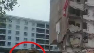 中国でマンションが倒れてきて建設機械が下敷きになる