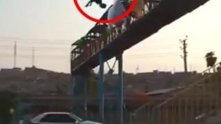 陸橋の上から一回転ジャンプをキメる少年