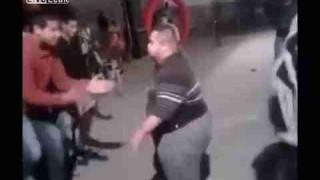 踊りまくっている太めの男性が突然キレるwww